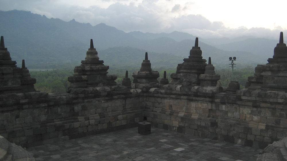 2007 11 28 Jogja, Borobudur, Level 7, Looking Out